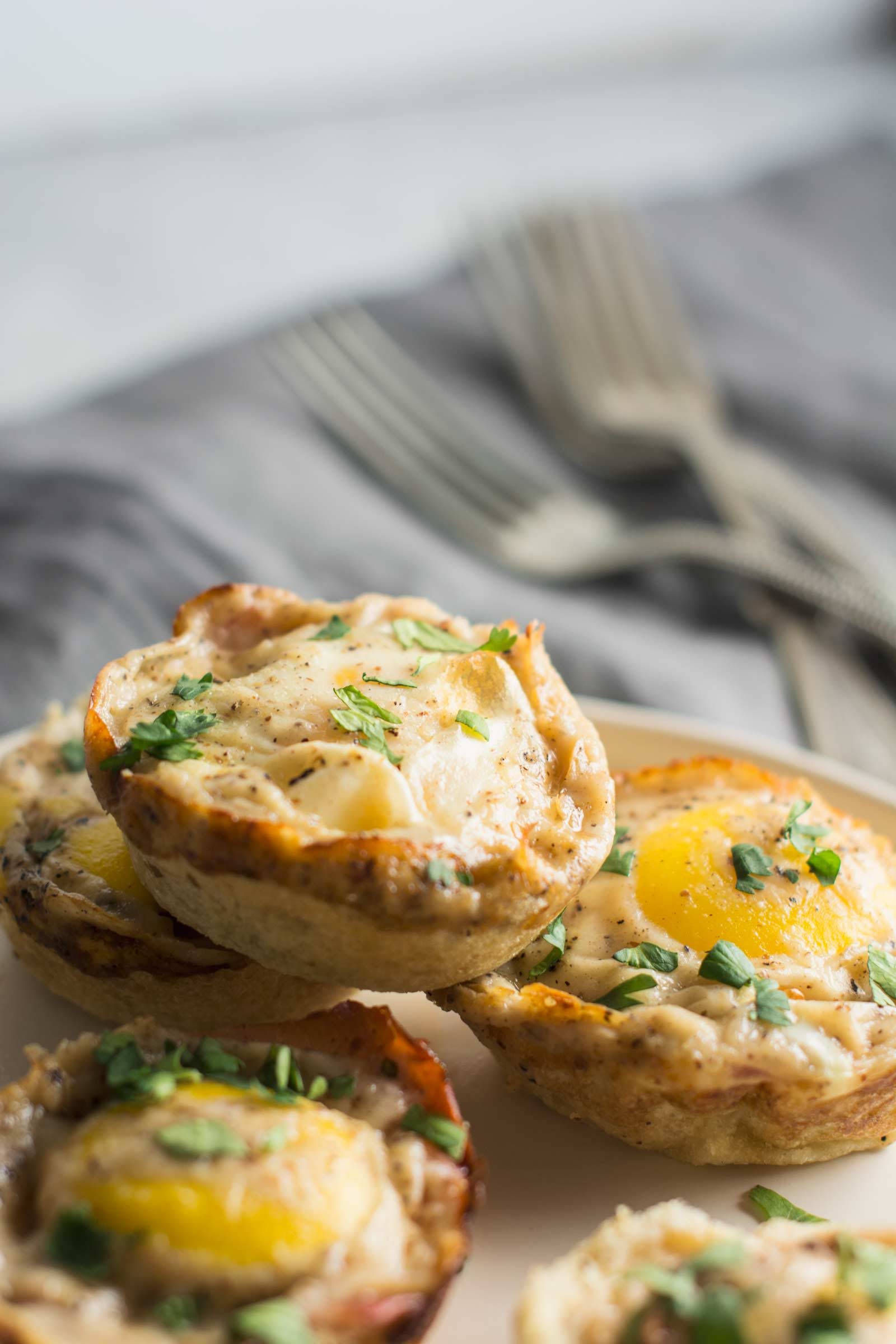 Enjoy these Croque Madame inspired Breakfast Bites for breakfast, lunch or dinner! Recipe @LittleFiggyFood